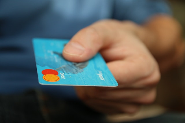 Ett blått kreditkort