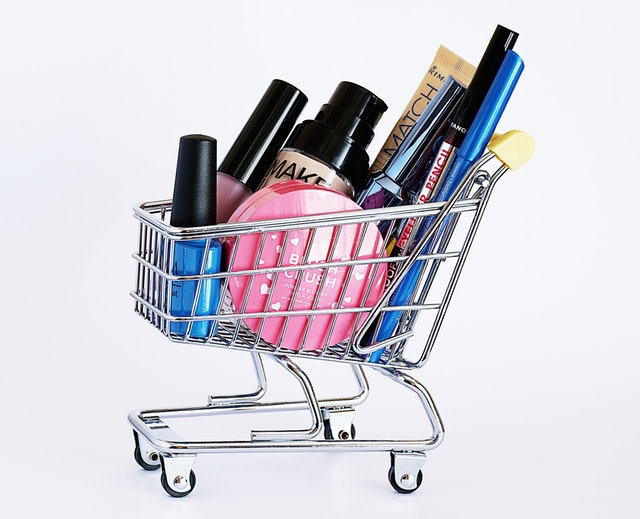 En shoppingvagn med skönhetsprodukter