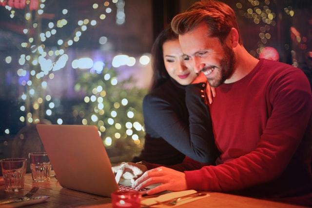 Ett par som handlar online