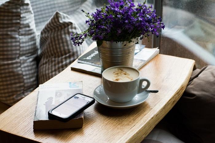 Mobiltelefon på träbord