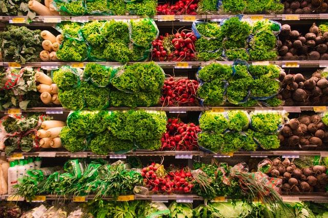 Grönsaker i en matvarubutik